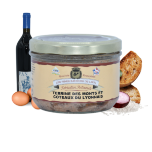Montrer le produit de notre épicérie salée : la terrine des monts et coteaux du lyonnais, produite par les fines saveurs de Lyon
